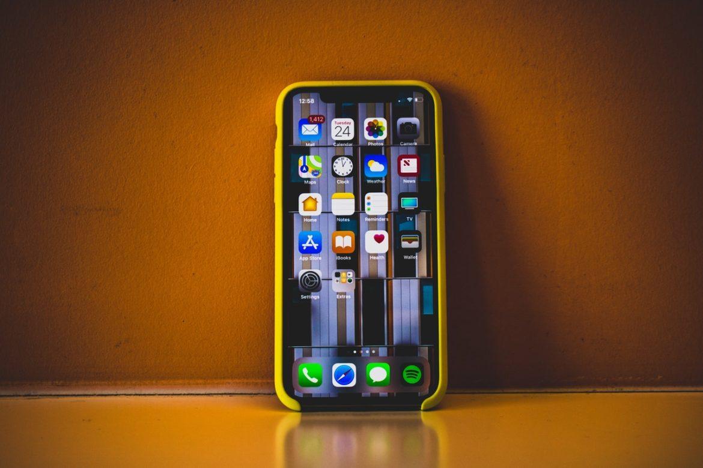 Айфон 10 в желтом чехле