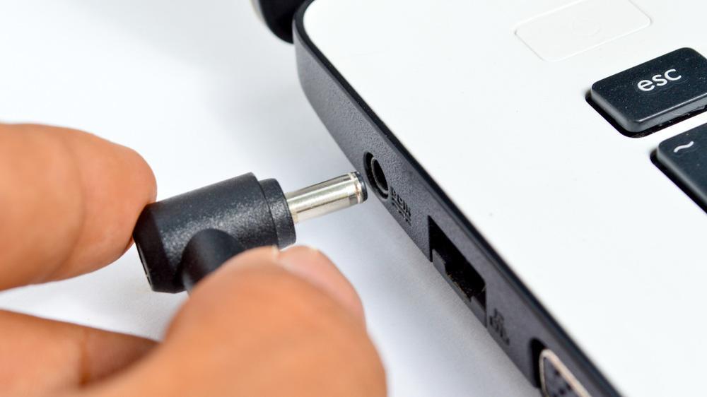 Что делать, если ноутбук подключен к розетке и не заряжается