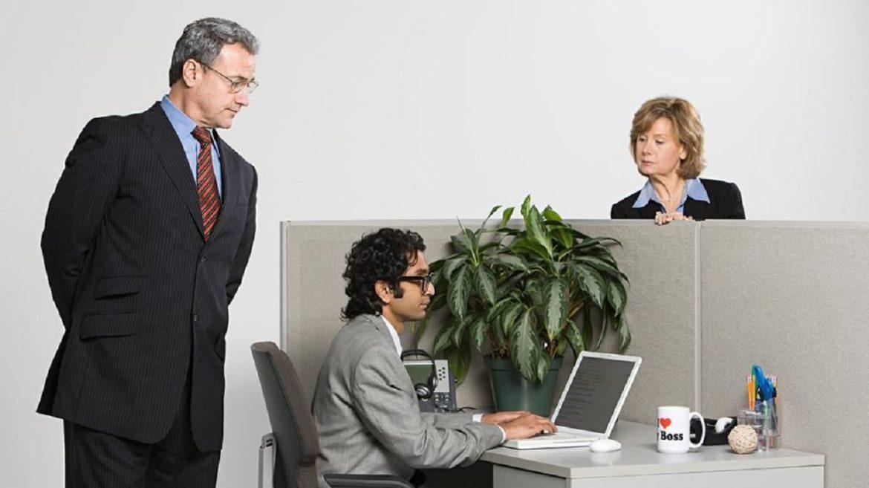 Начальник смотрит за работниковм