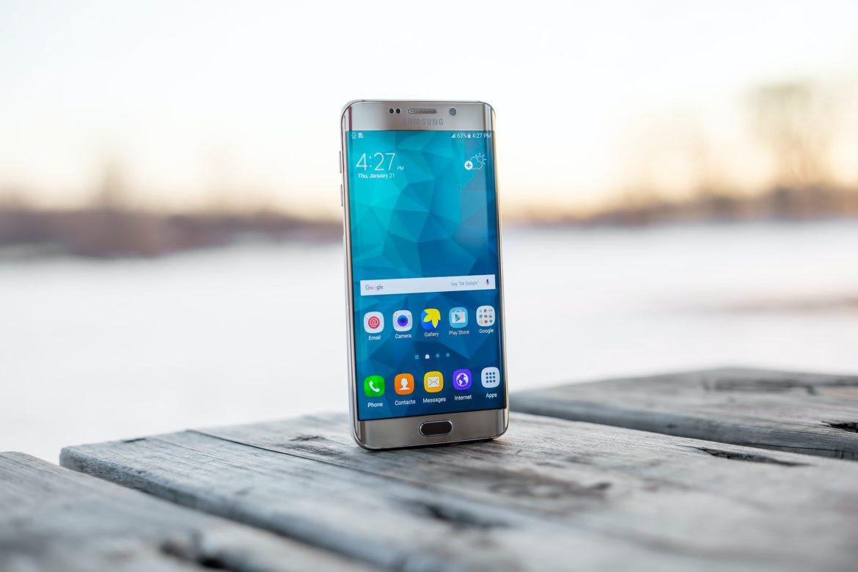 Серебряный телефон Samsung