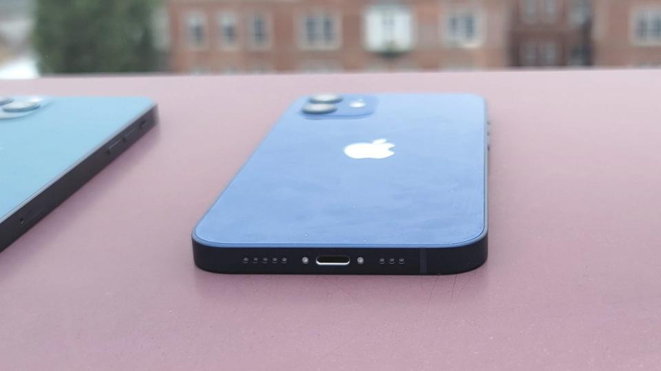 iPhone на столе