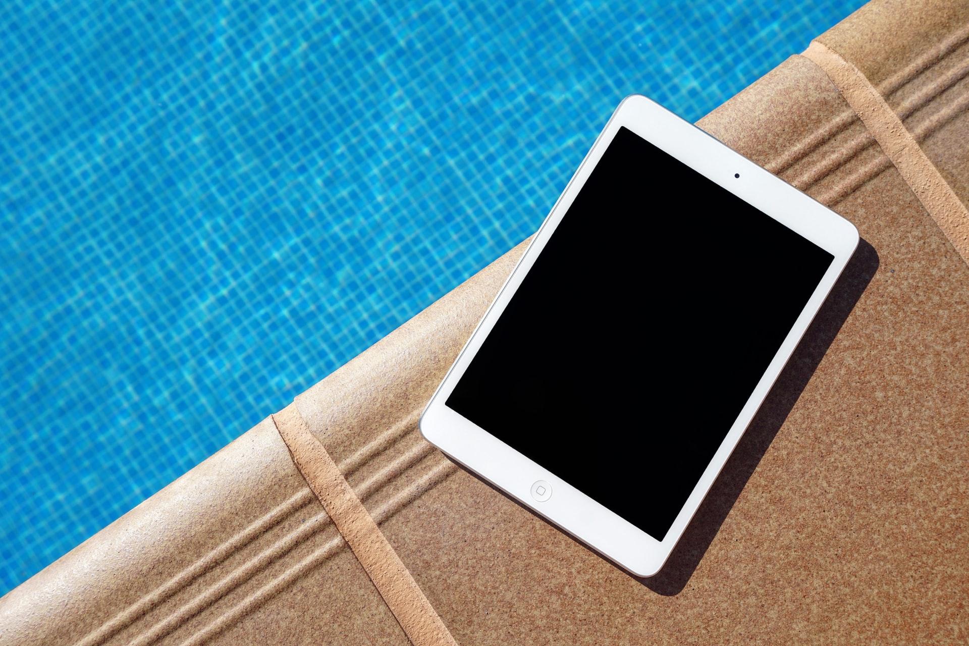iPad у бассейна